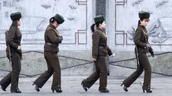 Thấy gì từ bức ảnh nữ binh sĩ Triều Tiên tuần tra trên... giày cao gót?