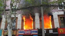 Lửa cháy từ quán cà phê lan sang khách sạn