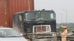 Cảnh sát giao thông bị xe container đâm gãy chân