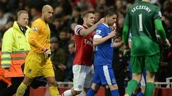 """""""Sao"""" Arsenal và Everton giở trò xấu trong đường hầm"""