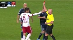 Nhận thẻ đỏ vì sút bóng trúng mặt đối phương
