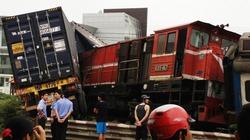 Tàu Hà Nội - Hải Phòng đâm nát xe container