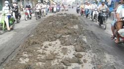 TP.HCM: Bùn đất đổ ra đường, nhiều người té ngã