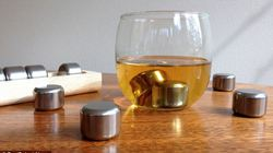 KỲ LẠ: Dùng thép thay cho đá lạnh khi uống rượu.
