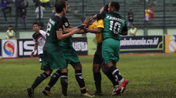 Đấm trọng tài, cầu thủ Indonesia bị treo giò suốt đời
