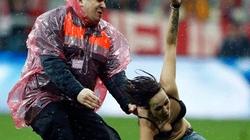 Cuồng Bayern, kiều nữ lột áo đại náo sân đấu