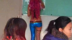 Cô giáo mặc nội y dạy học