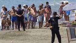 """""""Yêu cuồng loạn"""" trên bãi biển, cặp đôi bị bắt"""