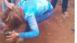 Dậy sóng vì clip cô gái trộm tiêu bị đánh hội đồng dã man