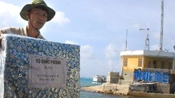 Người Việt ở nước ngoài tặng quà huyện Trường Sa