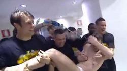 Clip: Juventus vô địch, Conte bị học trò lột hết quần áo
