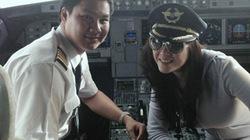 Lý Nhã Kỳ vào buồng lái uốn éo, quan chức hàng không giật mình