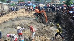 Hàng trăm người vây kín ngôi nhà đào móng thấy hơn 30 quan tài