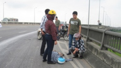Dầu loang trên cầu Thanh Trì đốn ngã người và xe