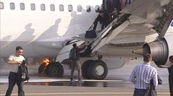 Máy bay chở 130 người bốc cháy