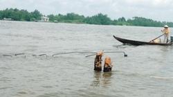 Xe tải tuột phà lật nhào xuống sông Hậu