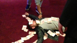 """Thắng bạc, """"sao"""" Sunderland dùng tiền… làm chiếu"""
