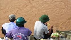 Trượt chân khi qua sông, 2 học sinh bị cuốn trôi