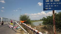 Truy tìm xe húc đổ khung hạn chế lưu thông cầu Đà Rằng