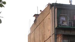 Giải cứu một cô gái trẻ leo lên tầng thượng khu tập thể đòi tự tử