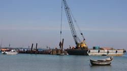 Đóng cọc vây bảo vệ tàu chở nhiều cổ vật