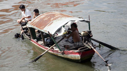 Đứng giang tay, bị tàu hỏa đâm bay xuống sông