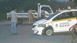 Đâm nhau với taxi, chồng chết, vợ bị thương