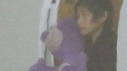 Pax Thiên điệu đà ôm gấu bông, vội theo chân bố