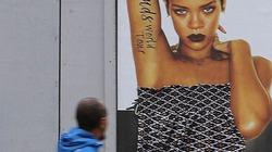 Ảnh ngực trần của Rihanna bị người dân che chắn