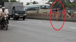 Kẹt cứng xe vì thiếu nữ trút xiêm y giữa đường