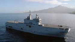Tàu đổ bộ hiện đại của Pháp cập cảng Việt Nam
