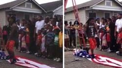 Giẫm đạp cờ Mỹ, rapper bị ném đá