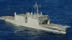 Australia đem tàu đổ bộ... bán sắt vụn