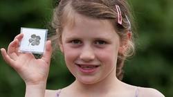 """Cô bé 7 tuổi tìm được """"bùa"""" siêu may mắn"""