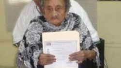 Bà cụ 100 tuổi mới tốt nghiệp… tiểu học