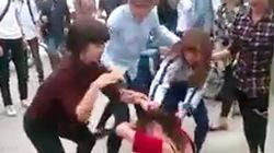 Clip cô gái bị nữ sinh đánh hội đồng, lột đồ, xé áo giữa đường