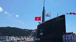 Cờ Tổ quốc tung bay trên nóc tàu ngầm Kilo