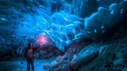 Chùm ảnh vẻ đẹp ma quái, kỳ ảo của động băng Alaska