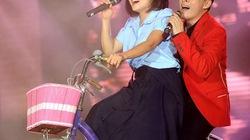 Phương Thanh bắt Lam Trường ôm, chạy xe đạp trên sân khấu