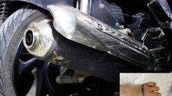 Bé gái bị tấm chắn pô inox xe máy cắt đứt bàn chân