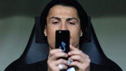 Ronaldo làm gì trên ghế dự bị trong trận thua Dortmund?