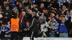 Mourinho lý giải về hành động kỳ quặc ở trận gặp PSG