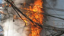 Hà Nội: Cháy liên hoàn trên các cột điện ở khu Trung Tự