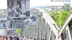 Ngắm cuộc sống Việt trên cầu Tràng Tiền