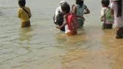 Lội sông tới trường, 7 học sinh bị nước cuốn