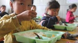 Bữa cơm có cá cho học sinh nghèo San Sả Hồ mùa giáp hạt