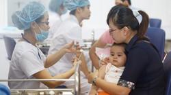 Hà Nội: Dân kéo ùn ùn đi tiêm vắcxin phòng sởi