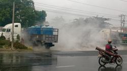 Xe tải bể bồn, hàng ngàn lít axít đổ ra đường