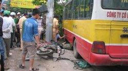 Thanh Hóa: Xe bus cố vượt đèn đỏ, đâm tử vong 2 người rồi húc đổ cây