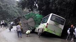 Xe tải lật nghiêng đè bẹp xe khách, 2 người tử vong
